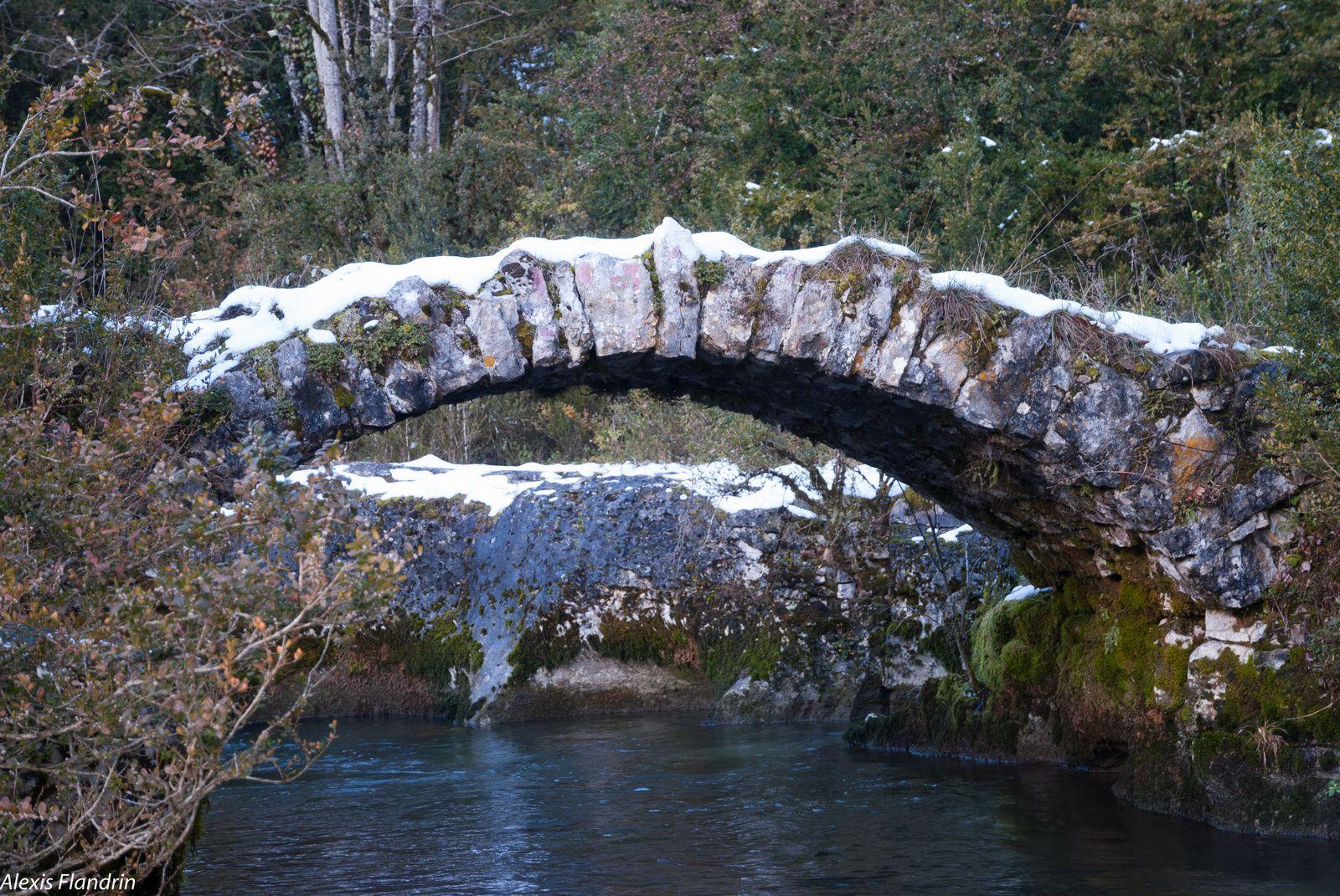 Le pont des fées, en haut de la cascade et un autre pont en pierres qui se situe plus en aval.