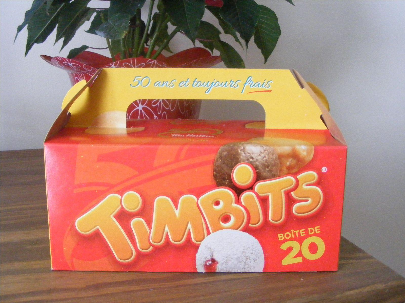 """Boîte de """"timbits"""", c'est-à-dire de """"trous de beignes"""", c'est-à-dire d'intérieurs de beignets que l'on retire des beignets, sinon les beignets ne seraient pas des beignets mais des galettes. Je crois que l'on ne peut pas être plus clair."""