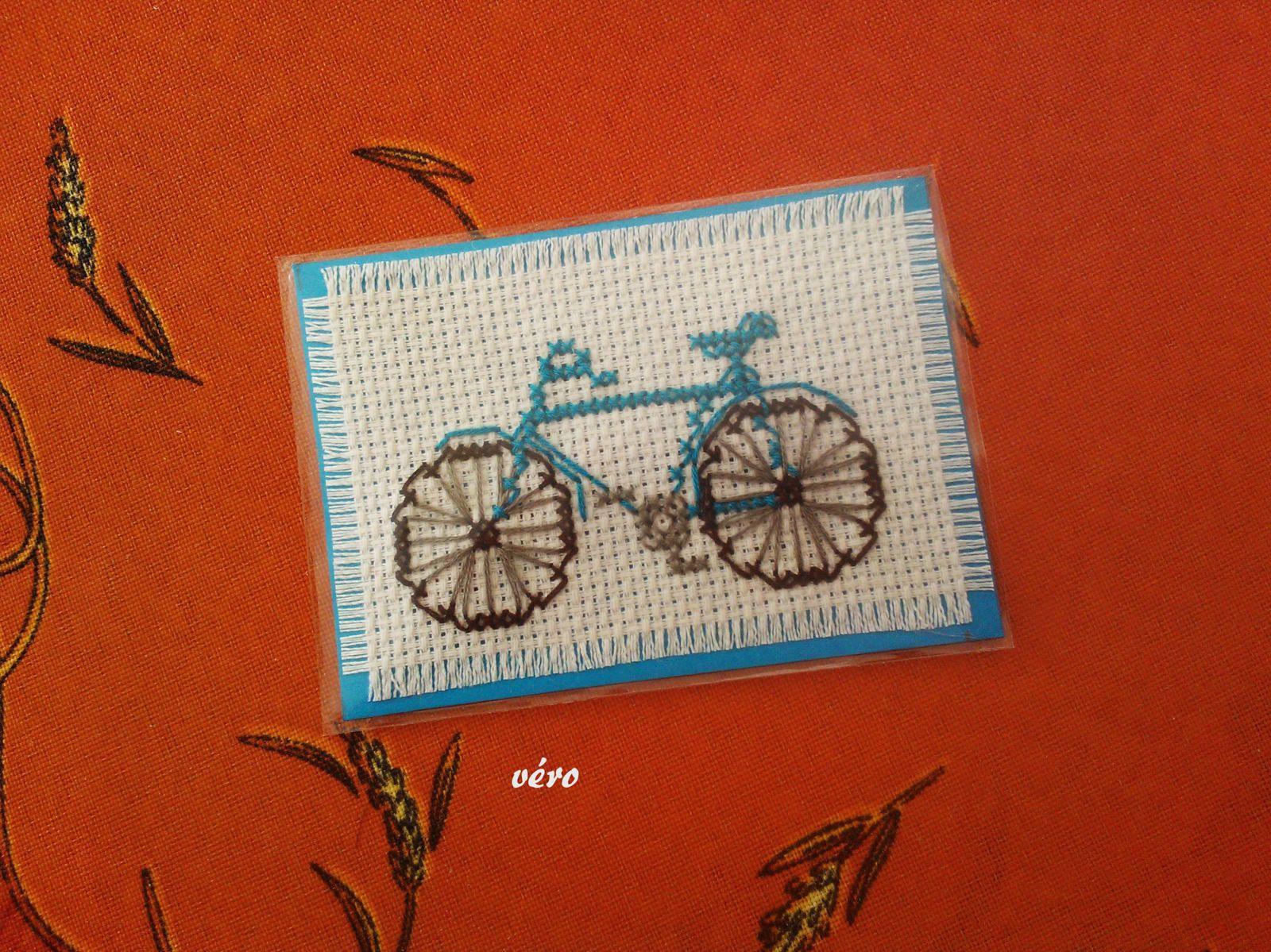 Véro en bicyclette bleue, Cathy sur une bicyclette à l'ancienne, Martine et son panier à champignons , Jenny sur une bicyclette de ville et Ysa en bicyclette bleue