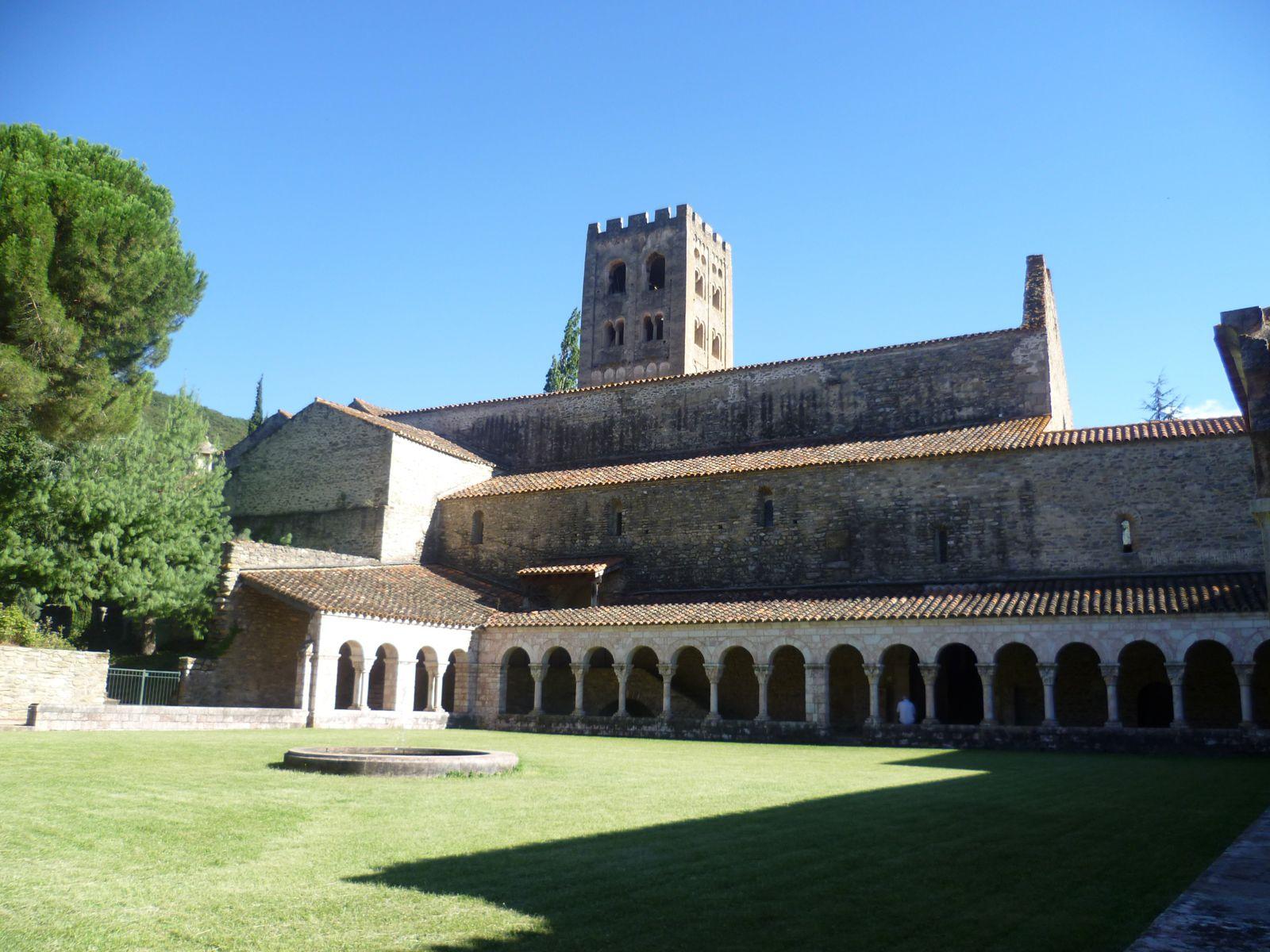 'abbaye Saint Michel de Cuxa est située au-dessus de la vallée de Prades, avec au nord le massif de Madrès et les Corbières, et au sud le Canigou. Son histoire commence ailleurs : au monastère de Saint André d'Eixalada, situé dans une gorge de la Têt, où quelques clercs et laïcs s'étaient installés en 840 à l'emplacement de sources chaudes déjà connues dans l'antiquité.