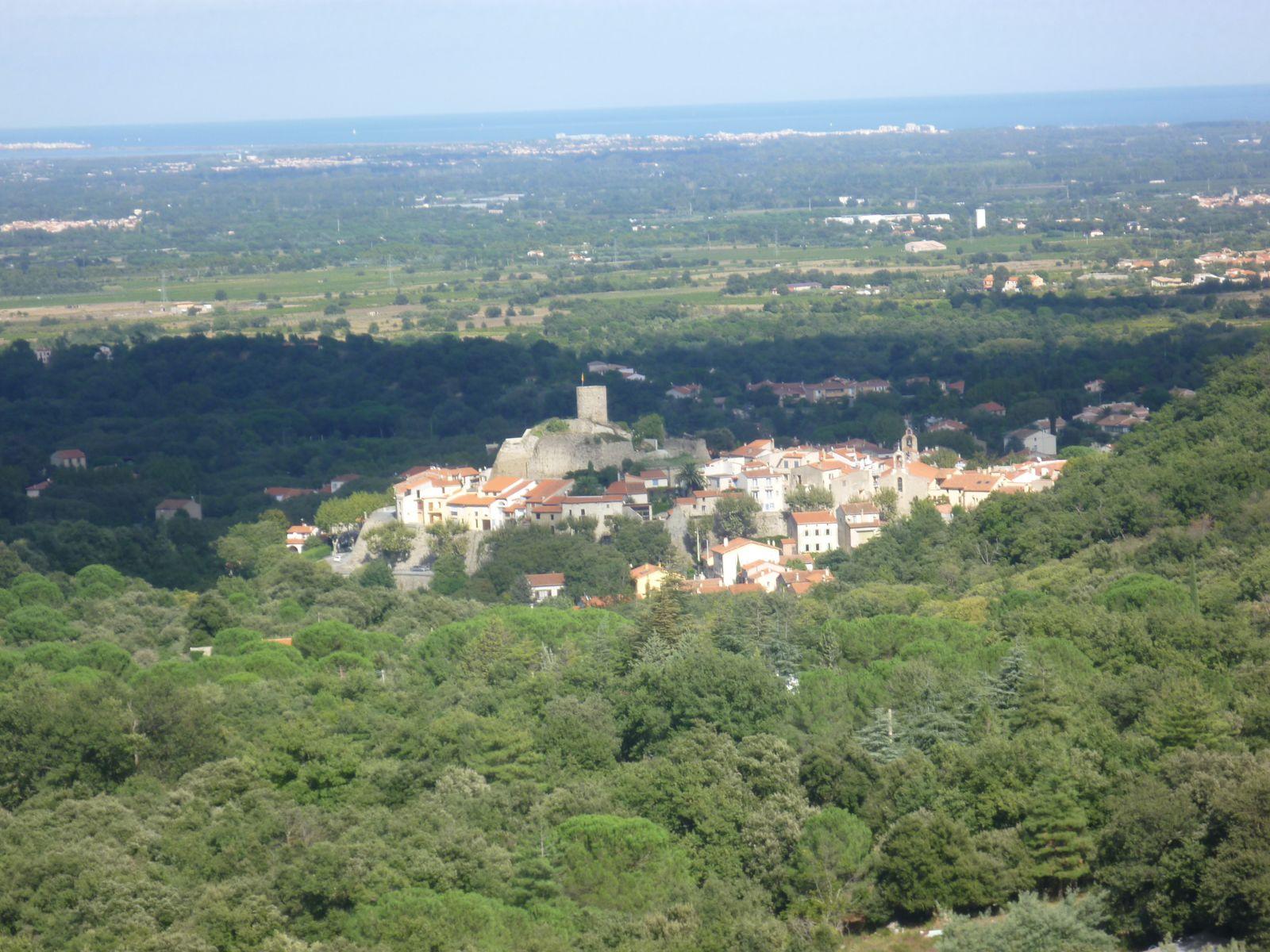 Ce village catalan est situé au pied du massif des Albères, d'une superficie de 2051ha, couverte en majeure partie par la forêt domaniale, mais également par les cultures de la vigne,et des fruits. A 9 Km de la mer et de la station d'ARGELES SUR MER, le village offre à ses visiteurs l' accueil chaleureux de ses 1929 habitants, les Rocatins, la beauté de son paysage et de ses fûtées de hêtres,de chataigniers et de chênes, le calme et la tranquillité propices à un repos réparateur, en même temps qu'une animation discrète et de bon aloi...