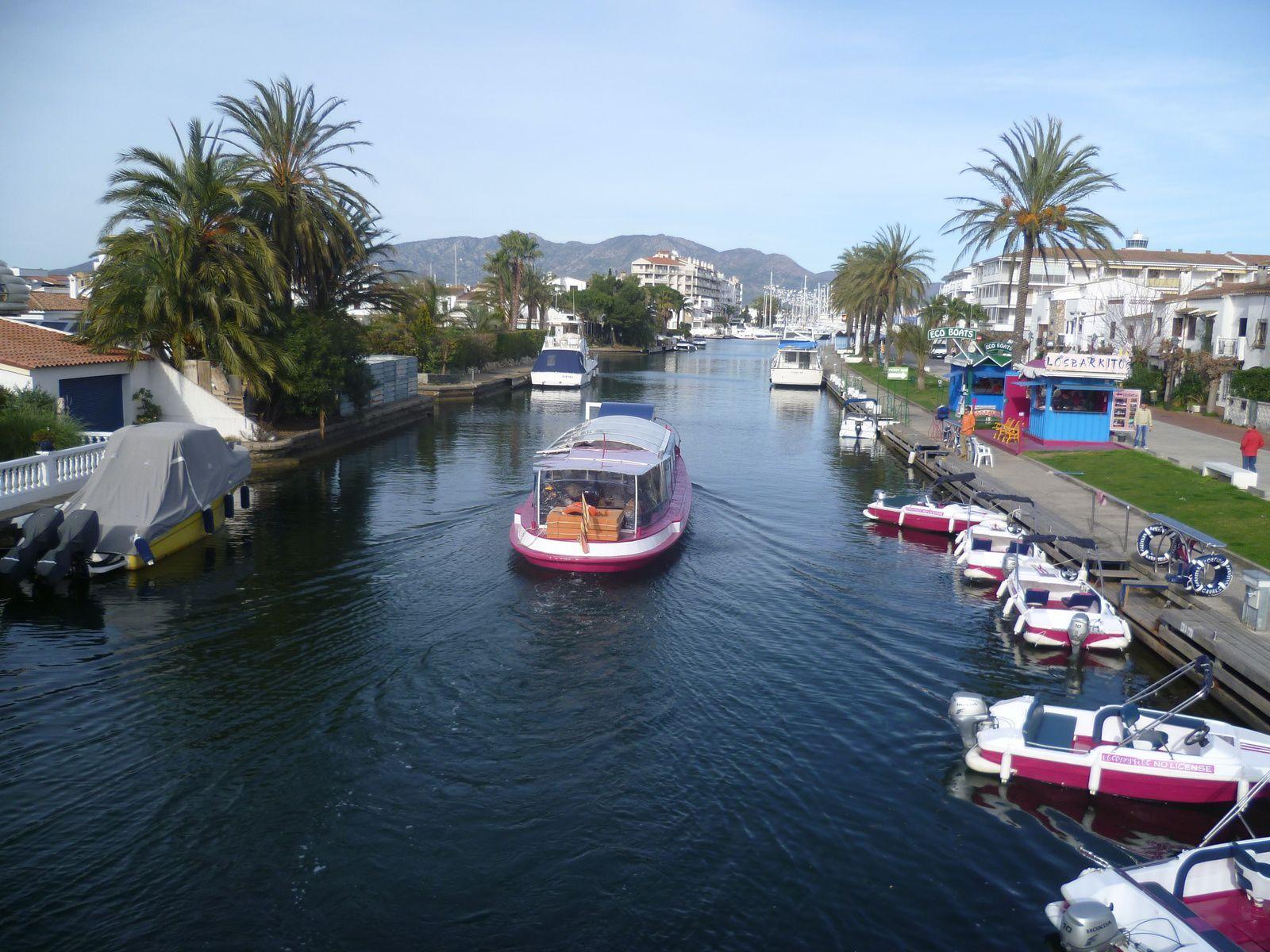 ette ville espagnole dispose de tous les services indispensables à une agglomération à vocation internationale. Plus de 5.000 points d'amarrages font d'elle la plus grande marina d'Europe. Sa tour panoramique est visible à de nombreux kilomètres. Prés de la frontière française (28 kms) et à 45 kms de Girone, la marina d'Empuriabrava se trouve bien desservie. C'est un endroit agréable pour y passer ses vacances. Le charme de ses canaux est indéniable, c'est un plaisir d'y séjourner. Cette ville de la Costa brava dispose de plusieurs kilomètres de plage pour le plaisir de tous. De nombreux commerces se trouvent sous les arcades, restaurants, boutiques de souvenirs, mode, grandes surfaces, coiffeurs, salle de jeux, bars, loisirs...