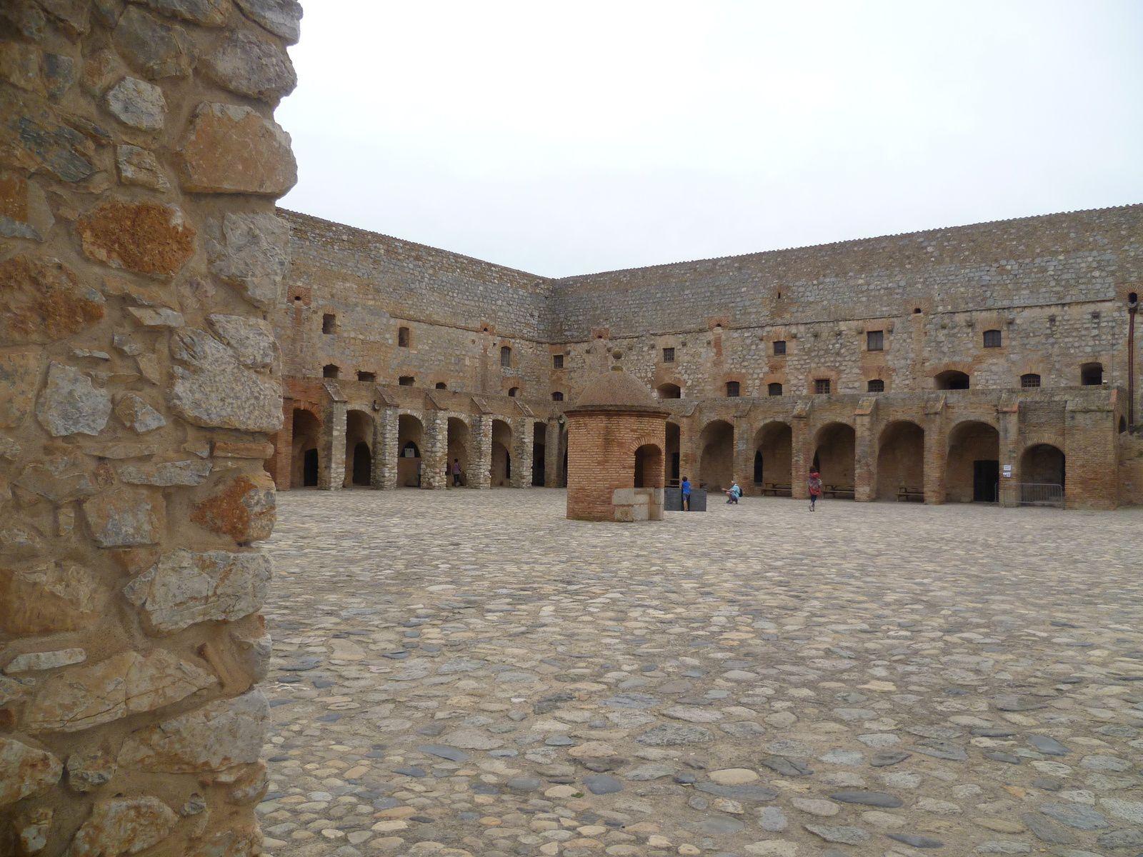 L'impressionnante place d'armes est une cour carrée avec, en son centre, le puits couvert d'un dôme en briques rouges. Sur les côtés, il y avait les salles de garde, les écuries, le service des eaux, la boulangerie, la chapelle Saint-Sébastien et la prison.