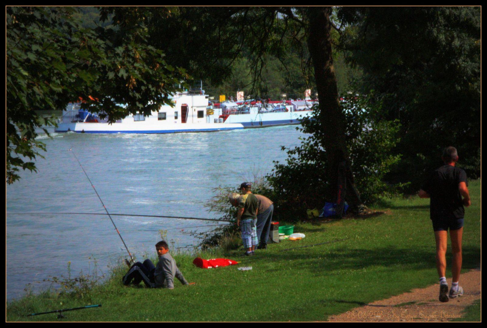 Au bord de la Seine : les gens..