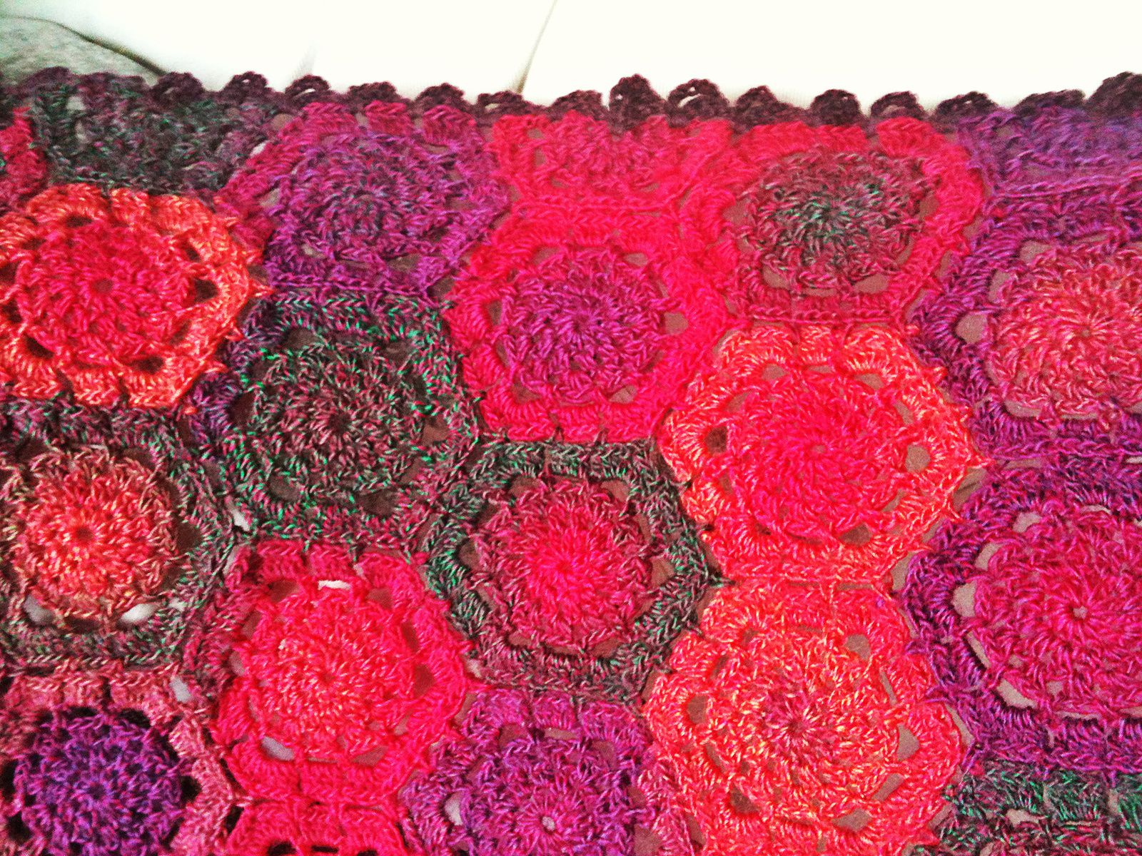 Hexagones crochetés en couverture tendresse