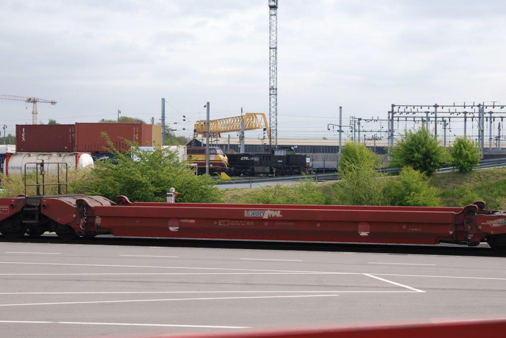 Une loco diesel des CFL de la série 1100 pousse la rame MODALOHR vers les stations de chargement.