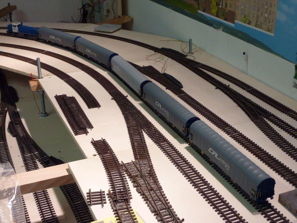 Arrivée du train et déchargement du matériel. La suite du chantier est donc garantie.