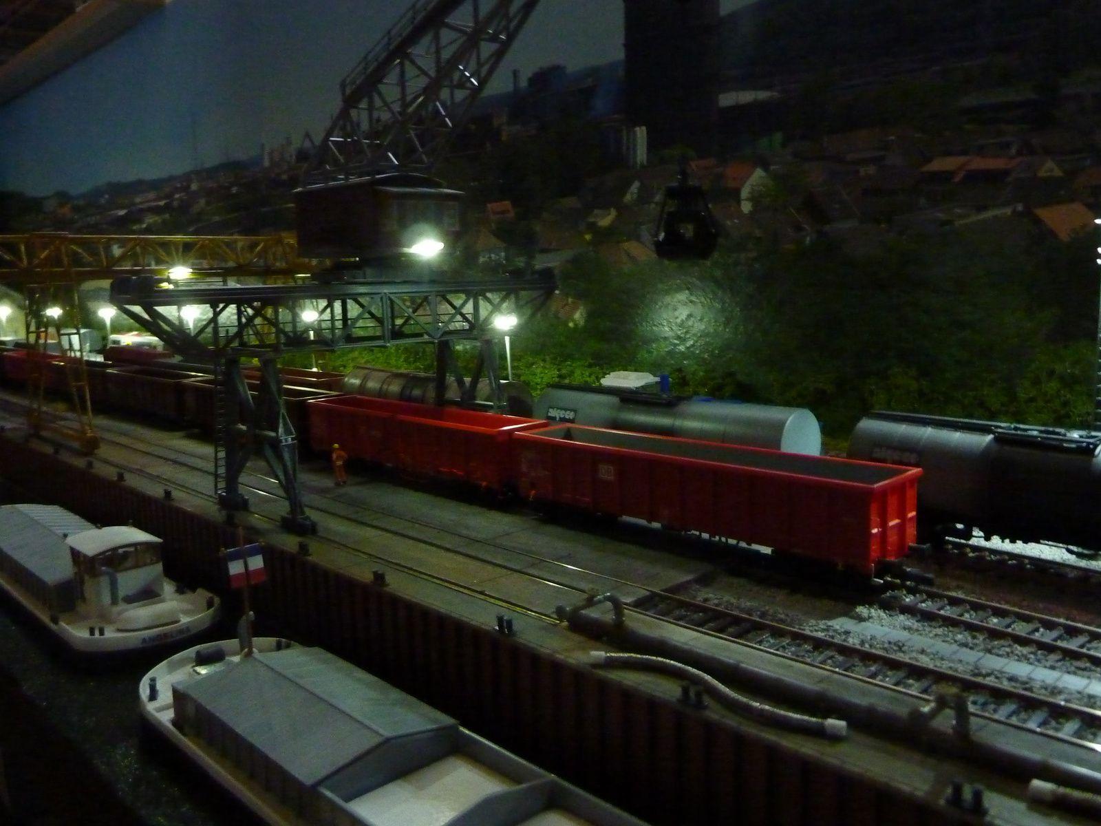 Vue nocturne du port.