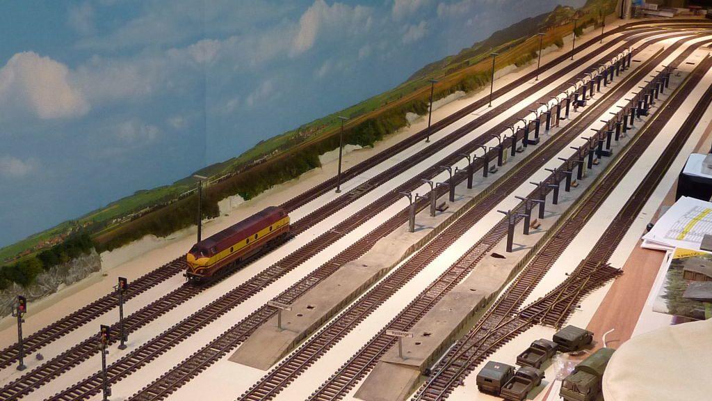 Voici une vue de la gare de Raidange qui a 5 voies voyageurs et 3 voies fret.