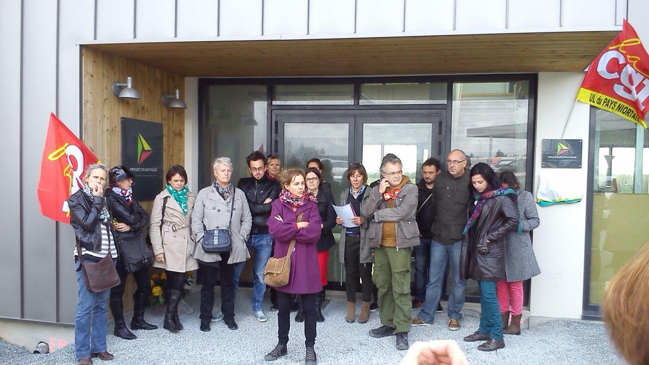 Les salariés de Projet Atlantique devant l'entrée de l'agence