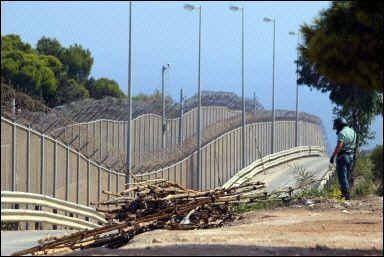 Comme ces murs électrifiés avec haut voltage dans les territoires espagnols de Ceuta et Melilla en Espagne.