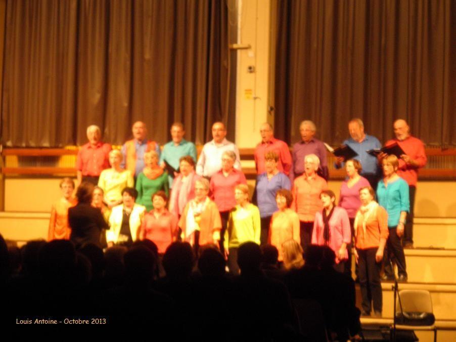Pendant le concert la chorale Chant'Arnas en Beaujolais. (J'ai apprécié la direction de Caroline Coquen et le répertoire choisi interprété avec une qualité remarquable par des choristes aux tenues colorées.