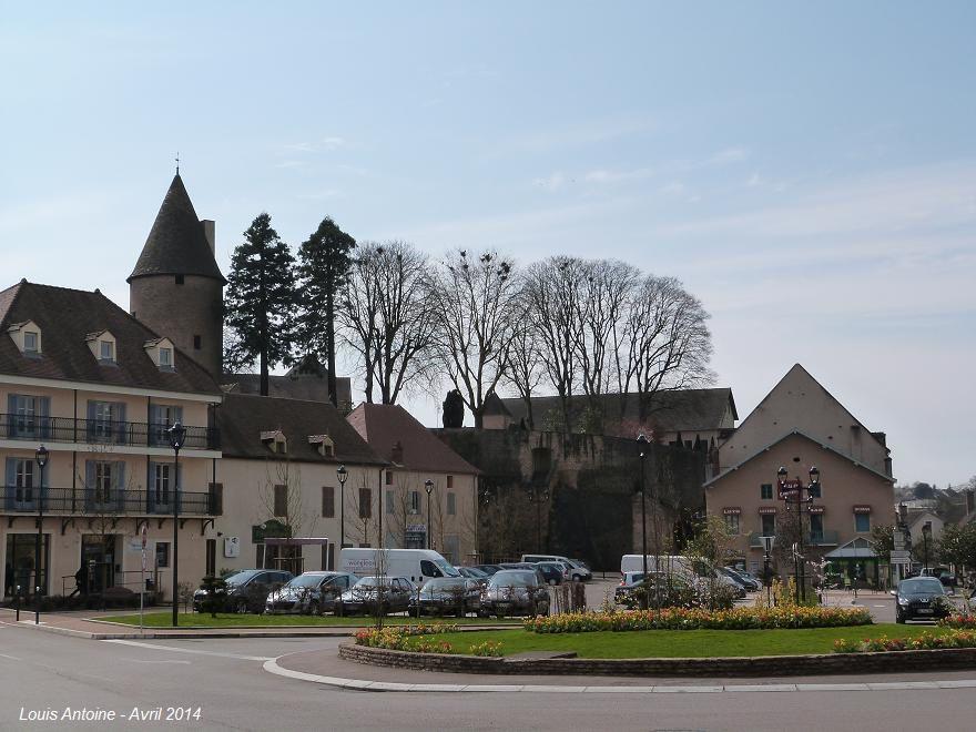 Vue de la tour dite de Charles le Téméraire à Charolles. La légende dit qu'un souterrain la reliait au château de Montessus décrit ci-après.