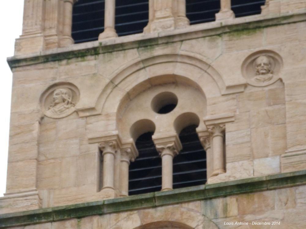 Qui me dira quels personnages sont représentés par ces médaillons sculptés sur le haut du clocher.