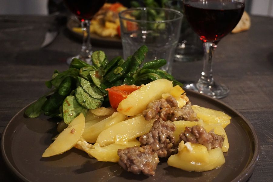 Pommes de terre, tomates, farce, camembert gratinés