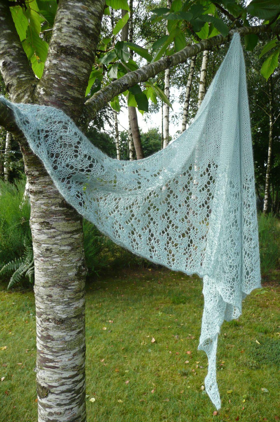 Le châle est tricoté en Drops lace,  un écheveau suffit, avec des aiguilles circulaires 80 cm en 4 mm.
