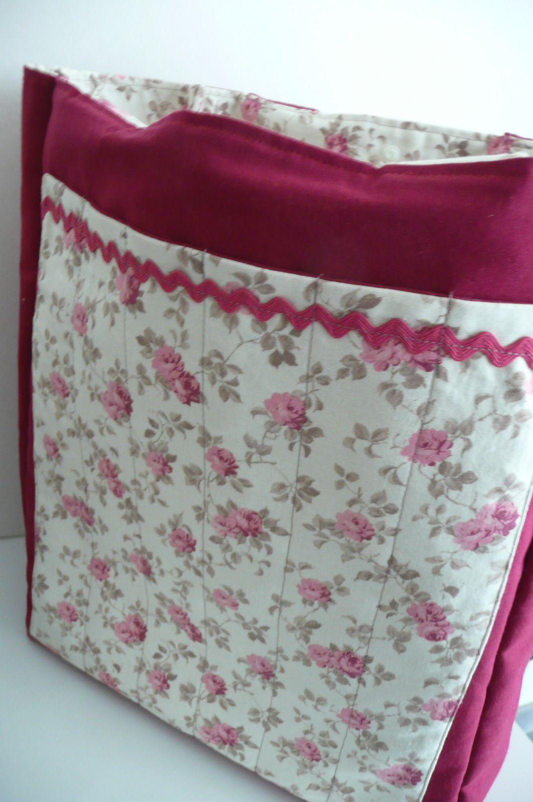 d'un côté des bandes cousues pour ranger les aiguilles à tricot biensûr et de l'autre une poche pour les livres