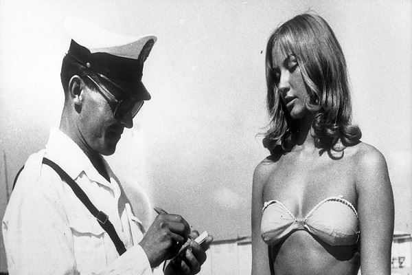 Autres temps, autres moeurs : Le policier verbalisait le Bikini et maintenant c'est le policier qui verbalise le Burkkini