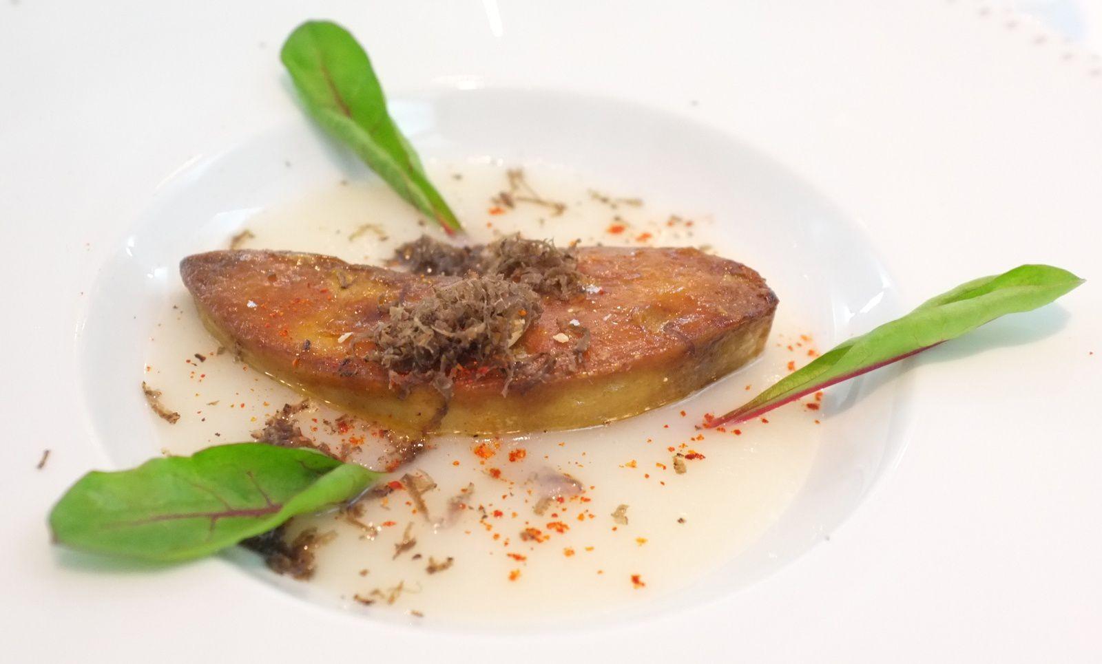 Foie gras poêlé, velouté de topinambour, noisettes du Piémont, pulpe de kumquat