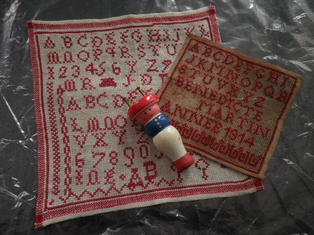 TrOOOOOOOOOOOOOOOOOOOp contente, deux marquettes anciennes ( çà faisait longtemps que je n'en avais pas trouvé!!!! ), et un tricotin...............