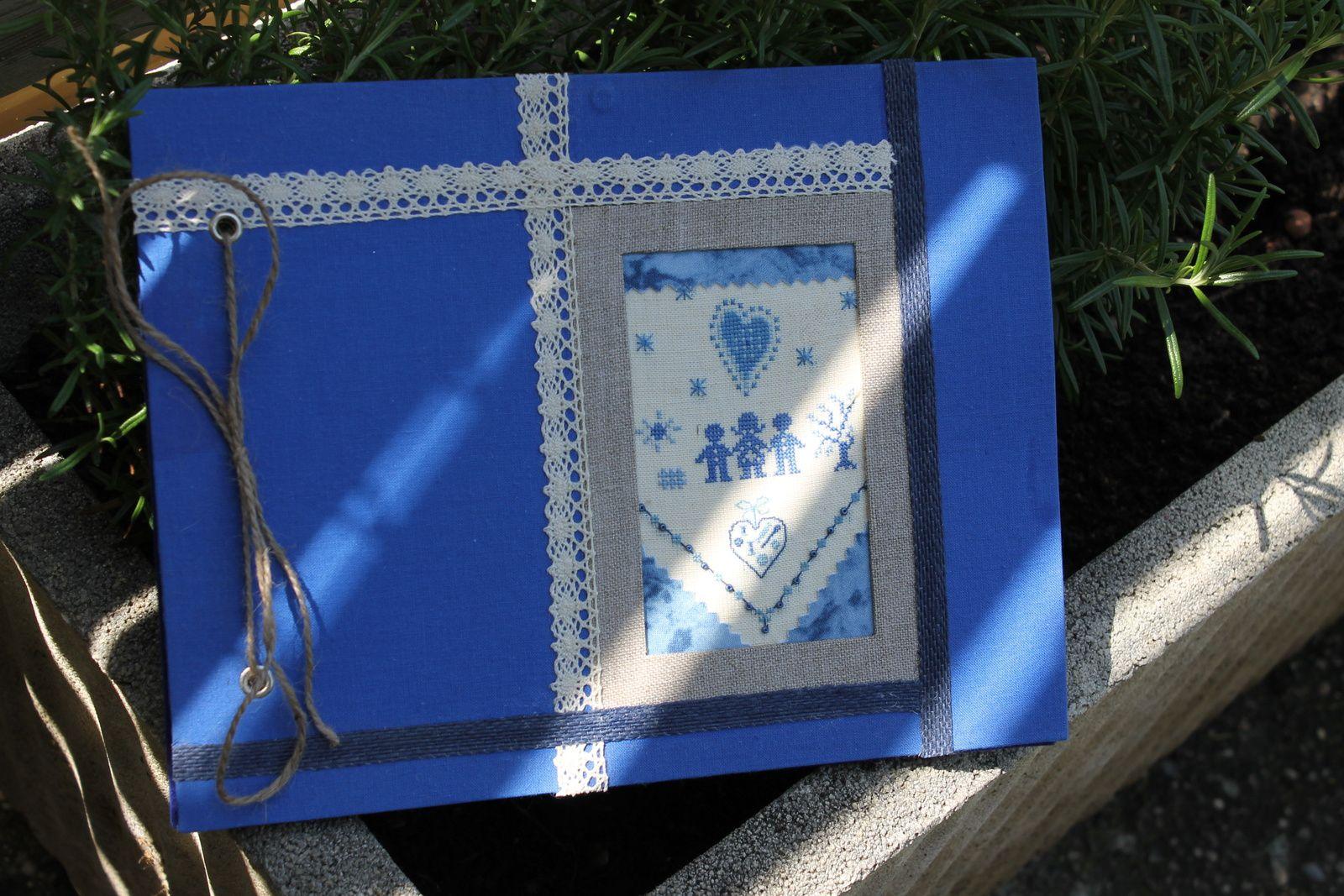 Un tout bleu, dentelles et rubans, pour y ranger les photos des garçons...............