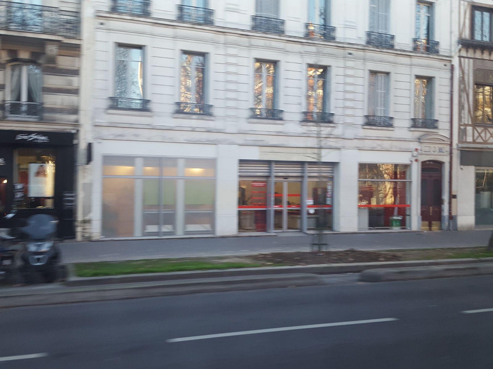 Gauche et droite, Dia Paris (12ème Daumesnil), au centre un Dia abandonné en région NPDC