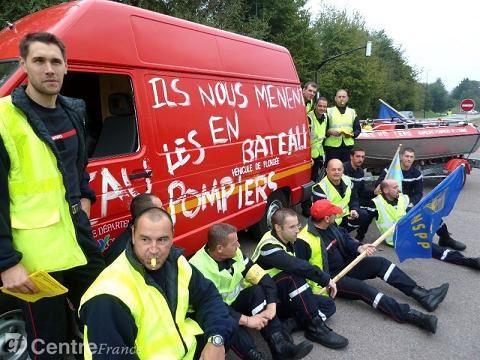 Les pompiers volontaires du centre de secours de Villeneuve sur yonne onr rejoint, hier, les pompiers professionnels en grève illimitée