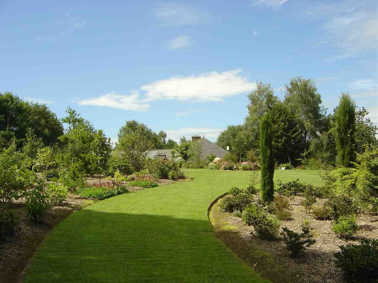 Voici les bordures du Jardin de la Péfolière dans le 35: Surface >1 Ha  et pourtant....