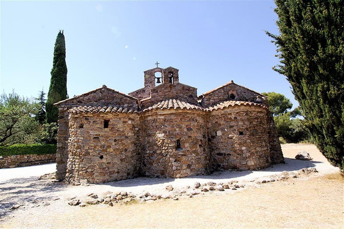 Vue extérieure des trois absides (côté EST).  On aperçoit aussi le clocher et le campanile.Source Wikipedia