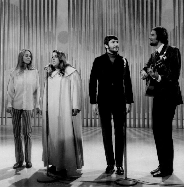 The Mama's & the Papa's 1968 [de gauche à droite : Michelle Phillips, Cass Elliot, Denny Doherty, and John Phillips]