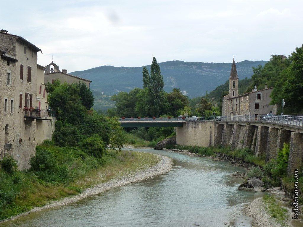 Le pont reliant l'église et le temple