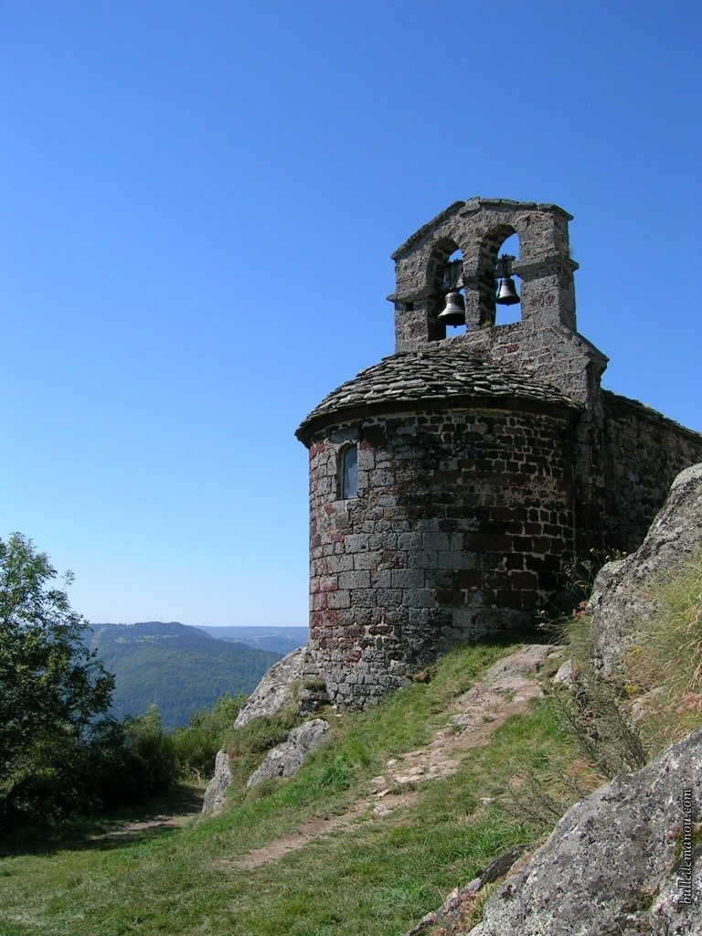 La chapelle de Rochegude domine la vallée de l'Allier (photo prise en été)