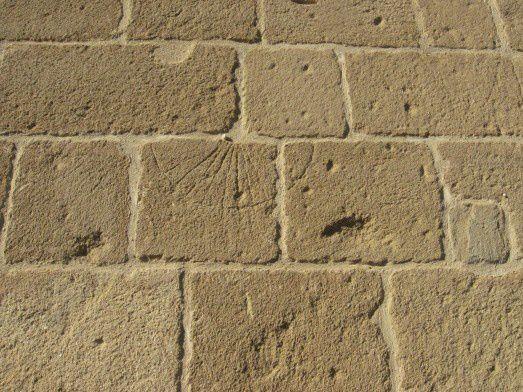 Le cadran solaire gravé dans la pierre côté sud (photo randomania)