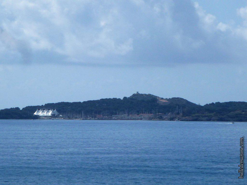 Vue sur l'île des Embiez...je devrais dire l'archipel des Embiez et son port abrité