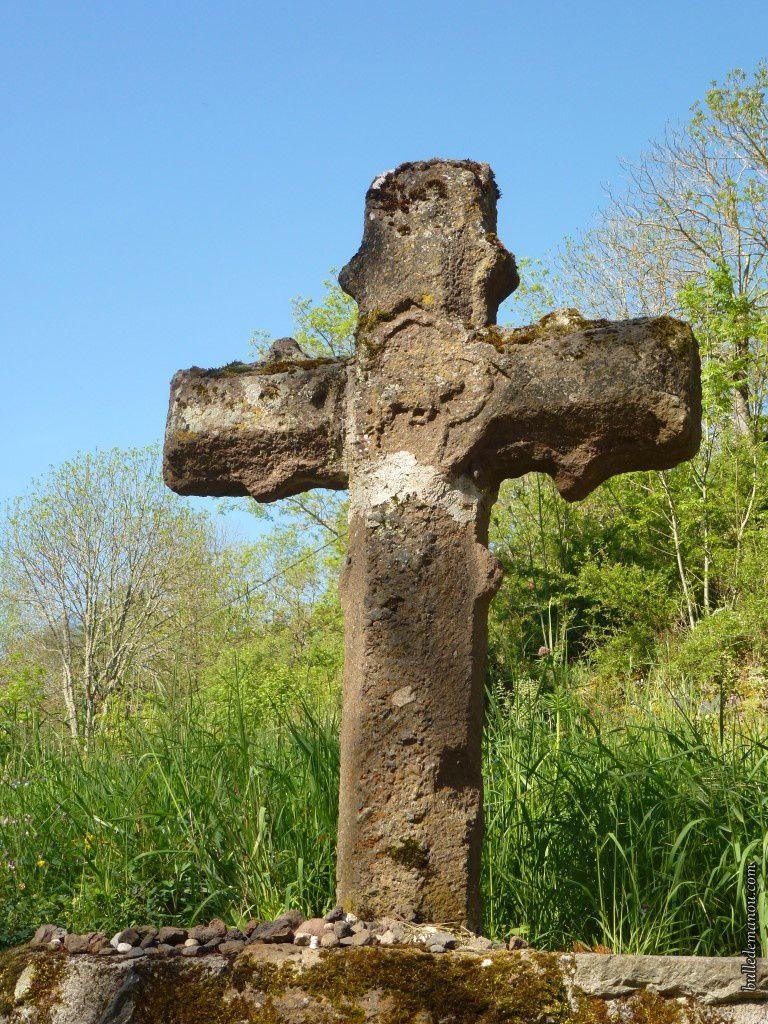La croix de Piquemeule datant du XIVe siècle