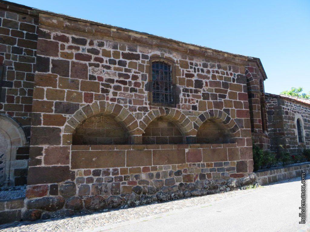 La façade sud de l'église et les enfeus