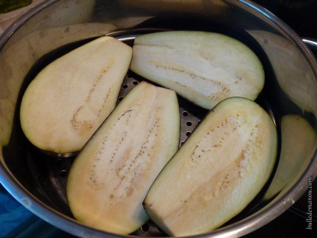 Les aubergines préparées pour cuire à la vapeur douce