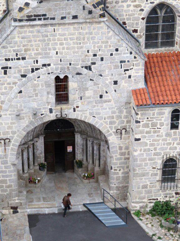 Le portail, le porche et le clocher, vus du haut de la Tour des Anglais