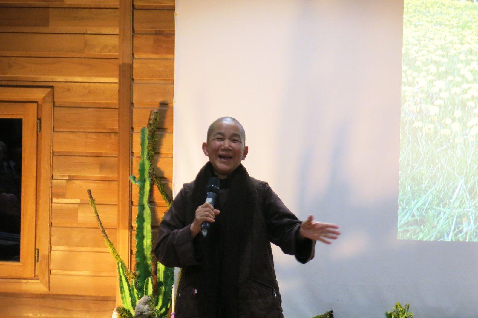 Sr Gia Nghiem offre un chant