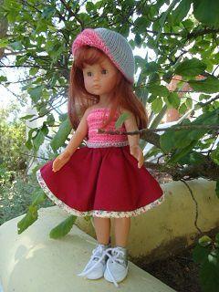 Jupe rouge ou à fleurs gris, top rose, chapeau gris