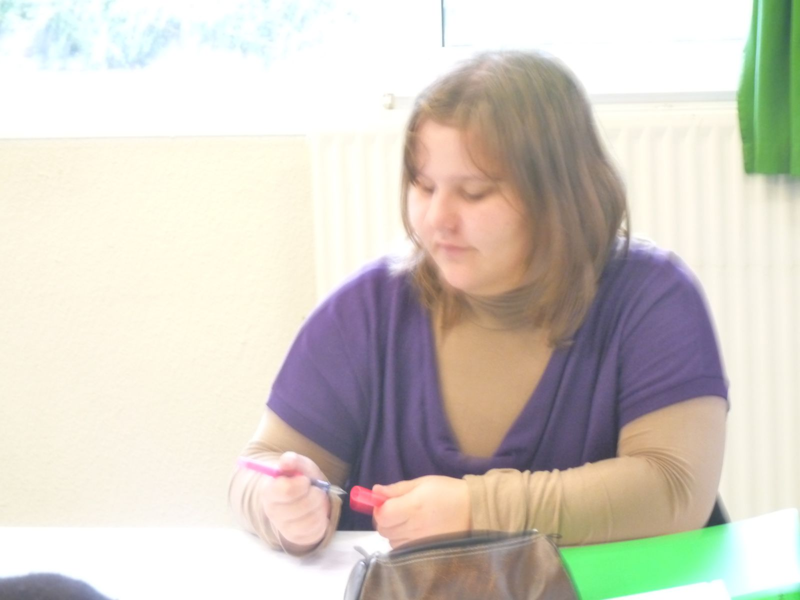 Sandrine, script -girl de l'atelier prend en note les éléments de l'histoire et la liste des questions. Elle devra taper tout cela sur ordinateur