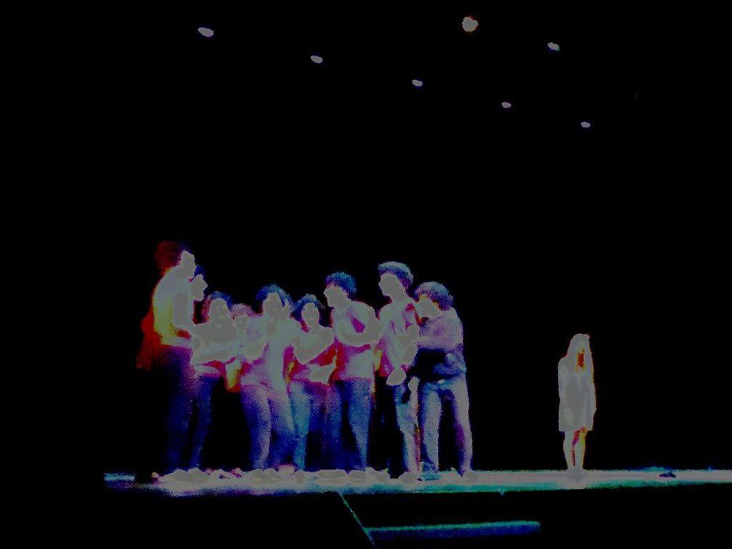 """Les 18 élèves de l'atelier théâtre de G. de B. présentent"""" Perle"""". Dans la salle, les 18 élèves de l'atelier d'écriture"""