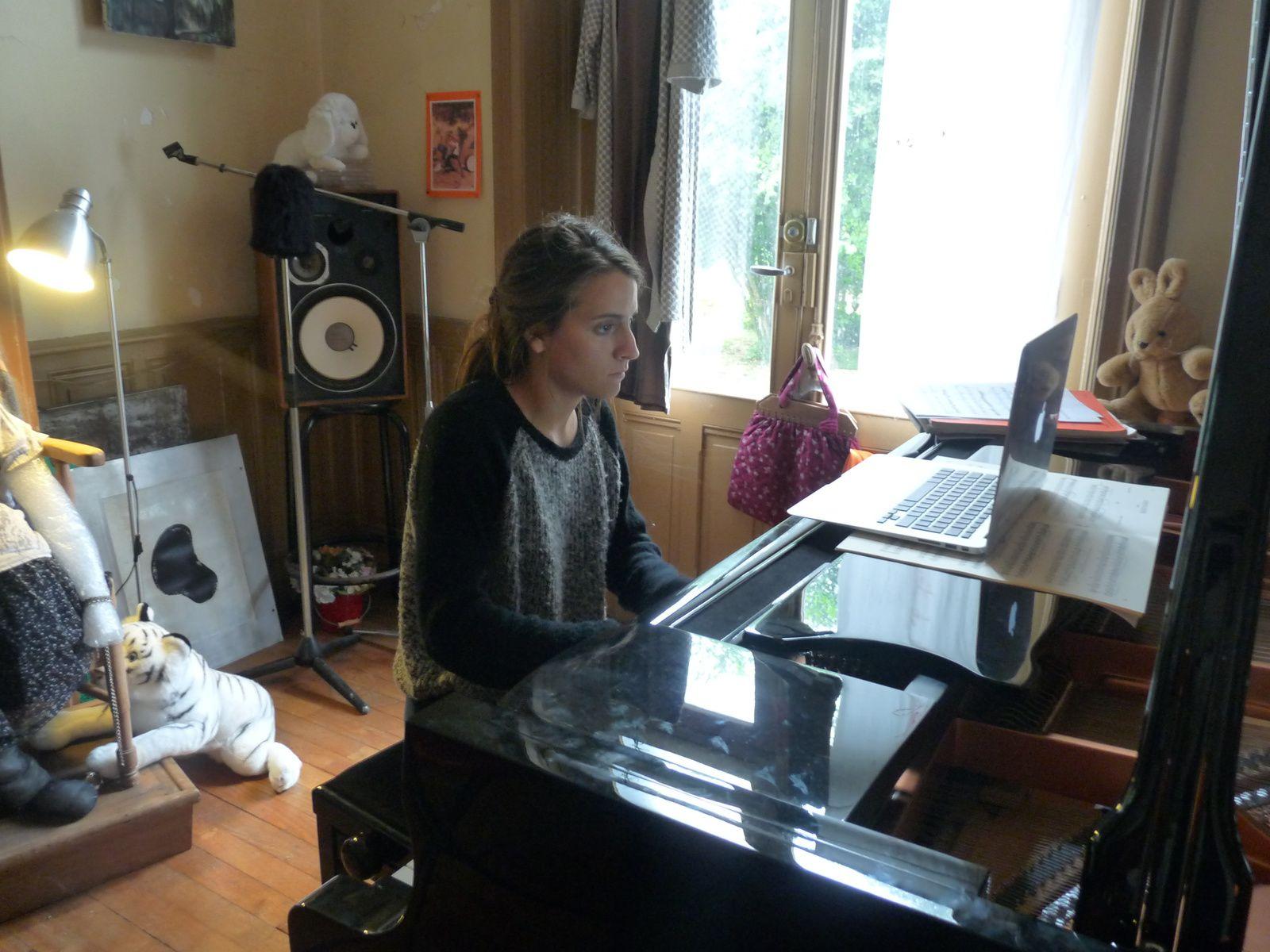 Laura Piot au piano a notamment interprété des oeuvres de Eric Satie(photo DLLT°