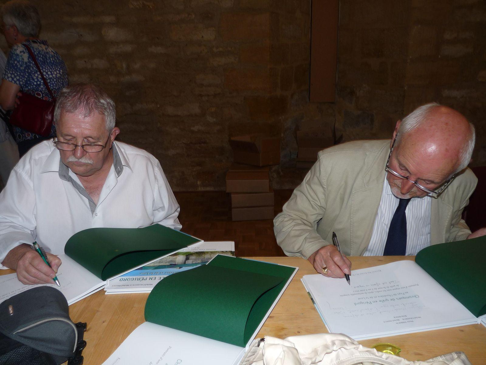 Pierre Thibaud et Michel Testut en pleine séance de dédicace