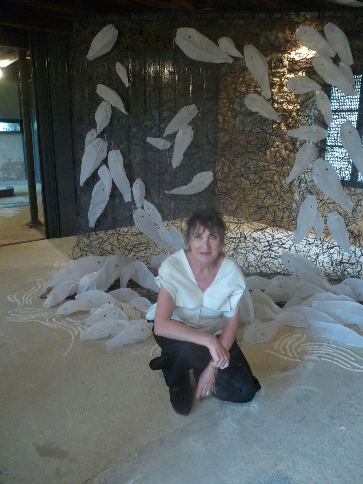"""Leonne Hendriksen, artiste conceptuelle invitée en 2011, devant son installation """"Ondes et poissons"""""""