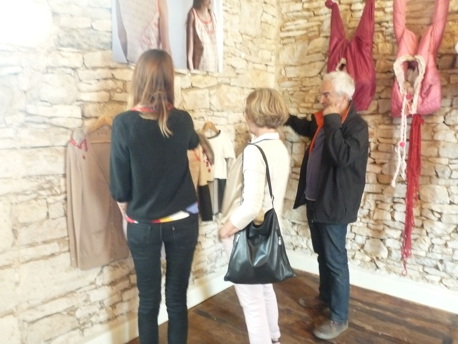 Nolwenn Le Guay(à gauche) fait découvrir ses créations à des visiteurs