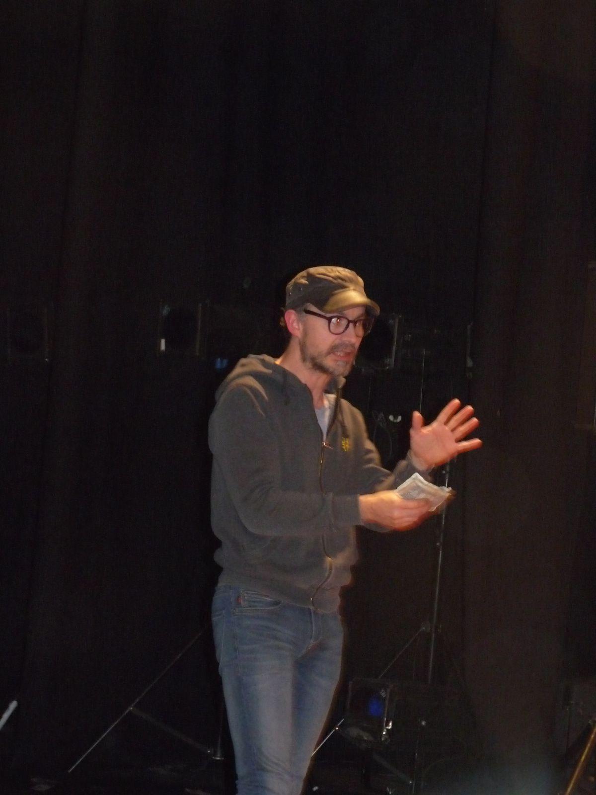 Le metteur en scène Fabien Bassot répond aux questions du jeune public lors des séances de l'après-midi. Les enfants ont été impressionnés par  la pluie de billets de banque sur scène!