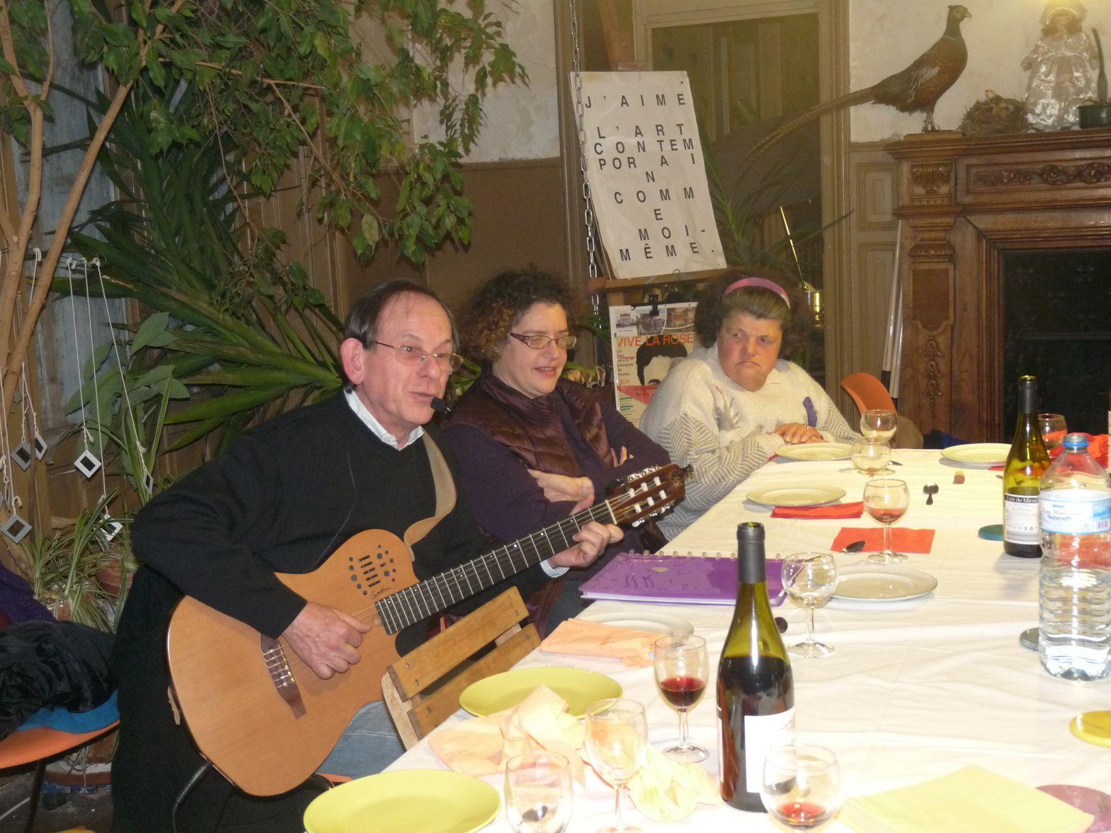 Guy Serena chante en s'accompagnant  à la guitare des chansons du répertoire français