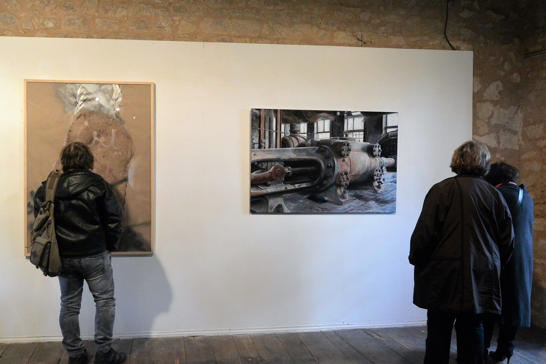 à gauche une oeuvre de Monif AJAJ et à droite une autre très différente de Stéphane JADOT. Les  deux cohabitent avec bonheur.(photo Anja Vergnon)