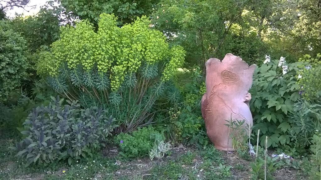Scupture de Brigitte PENICAUD dans le jardin de LA MAILLONNERIE à SORGES